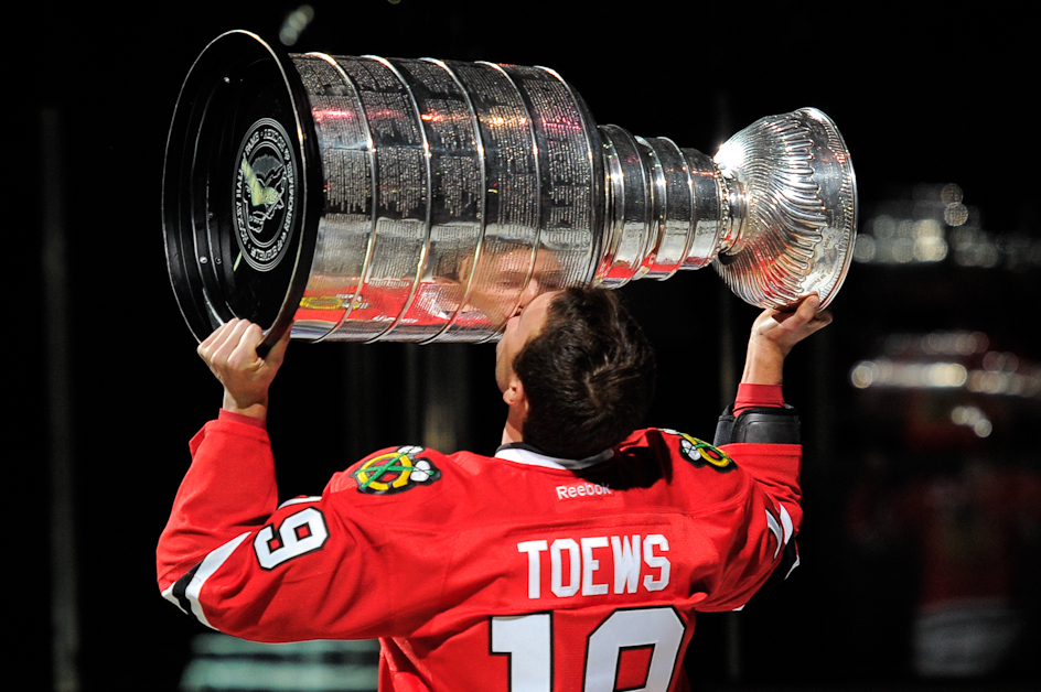 toews kissing the cup